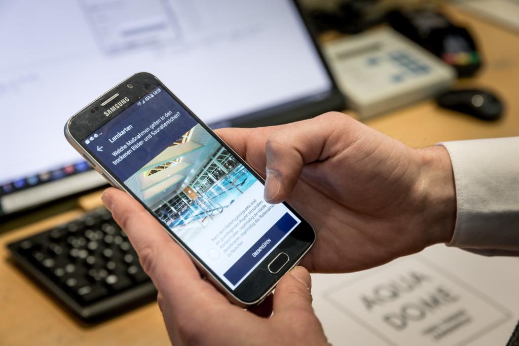 Person hält Handy in der Hand und benutzt die Lern App