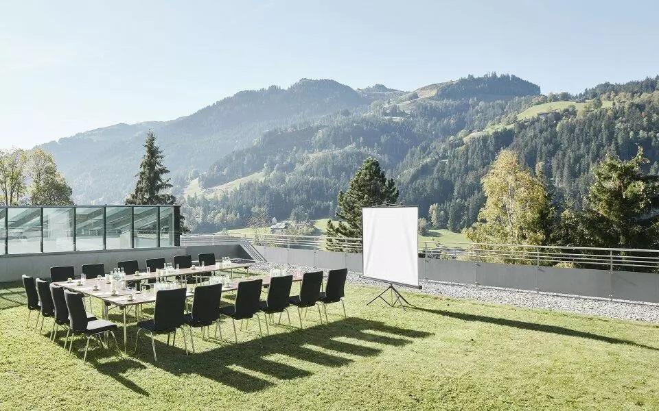 Bild auf Schloss Lebenberg mit Leinwand und Tisch für Seminar